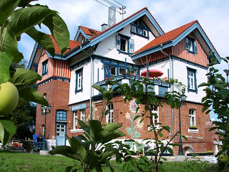 adelaparvu.com despre casa colorata, gard cu forma de creioane, interioare colorate, idei creative acasa, designer Bine Braendle (38)
