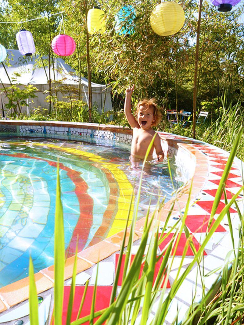 adelaparvu.com despre casa colorata, gard cu forma de creioane, interioare colorate, idei creative acasa, designer Bine Braendle (57)