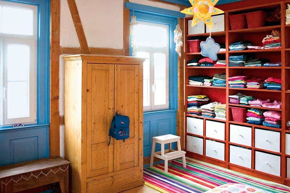 adelaparvu.com despre casa colorata, gard cu forma de creioane, interioare colorate, idei creative acasa, designer Bine Braendle (8)