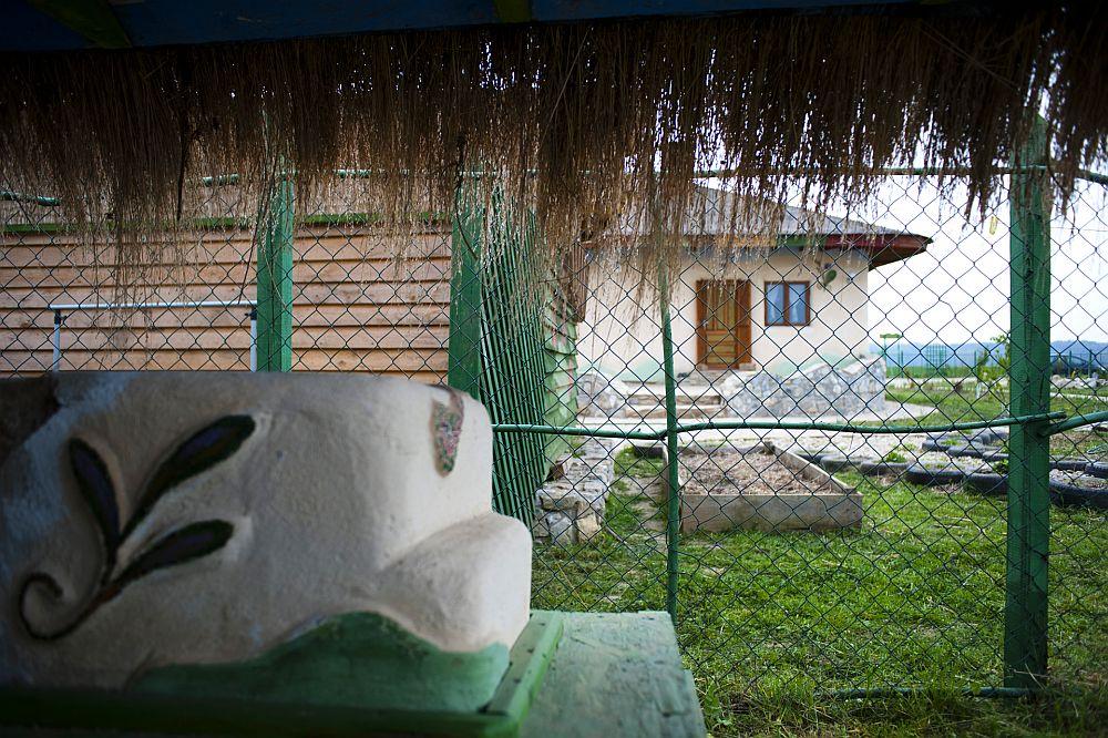 adelaparvu.com despre casa din chirpici la Ciolpani, Poiana Florilor, designer Elena Vasiliu arh. Raluca Suru, Foto Dragos Boldea (70)