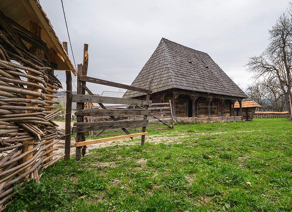 adelaparvu.com despre case din lemn maramuresene, case restaurate Maramures, Breb, Foto Dragos Asaftei (7)
