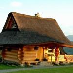 adelaparvu.com despre case rustice din busteni de lemn, case cu acoperis din stuf, case Polonia Osada Beskidzka (2)