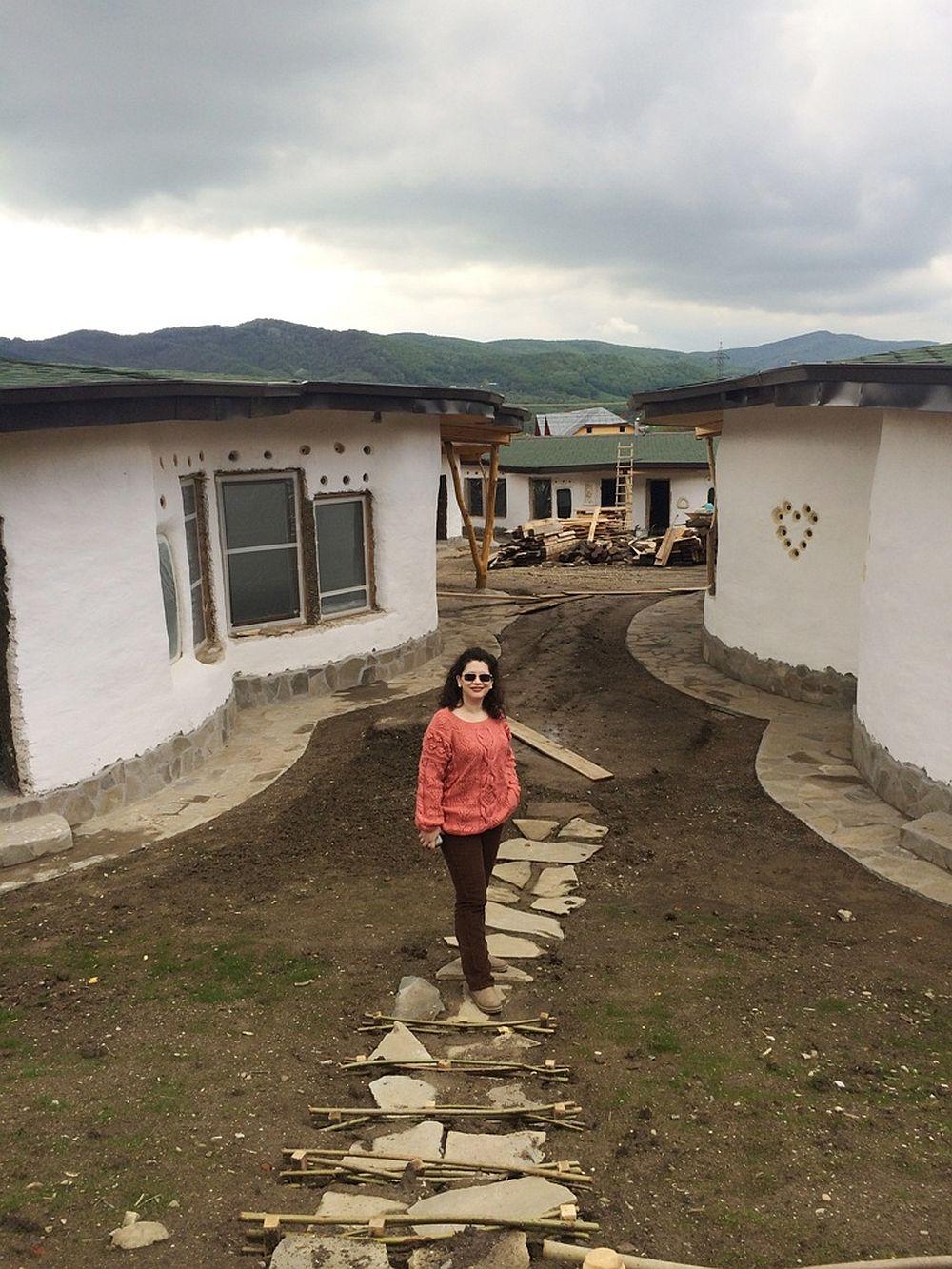 In foto Irina Anghel la Cob Village Berca