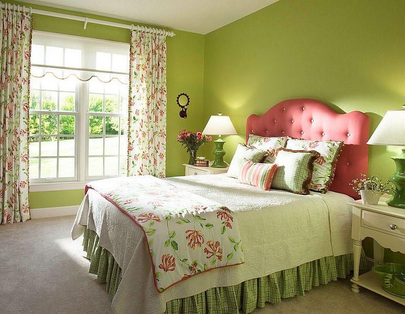 Decoratiunile schmiba atmosfera, la fel si tapiteria mobilei, dar in dormitor alteaua conteaza