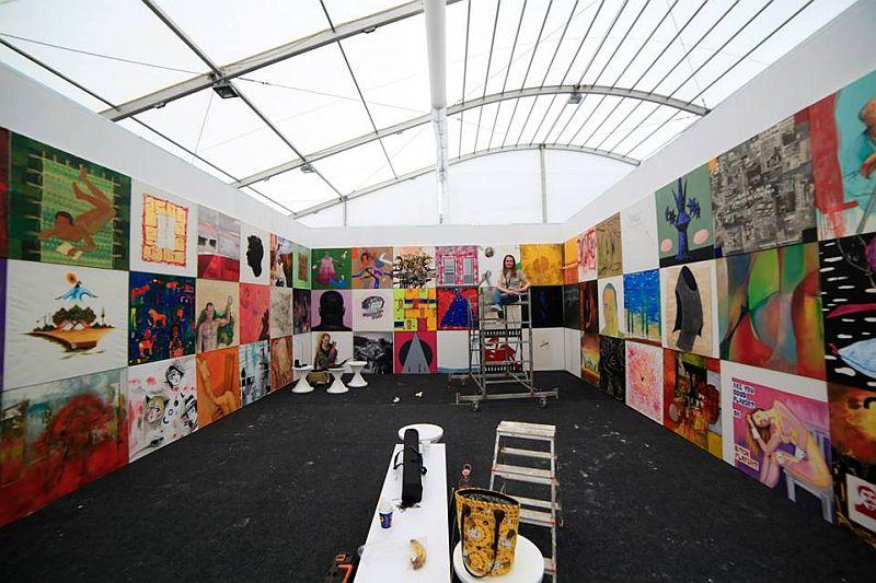 Standul Muzeului de Artă Comparată Sângeorz-Bai unde sunt expuse lucrari semnate de 50 de artisti de la noi si din intreaga lume, invitati de catre pictorita Mirela Traistaru sa picteze panze pe aceleasi dimensiuni. O adevarata expozitie intr-un singur stand