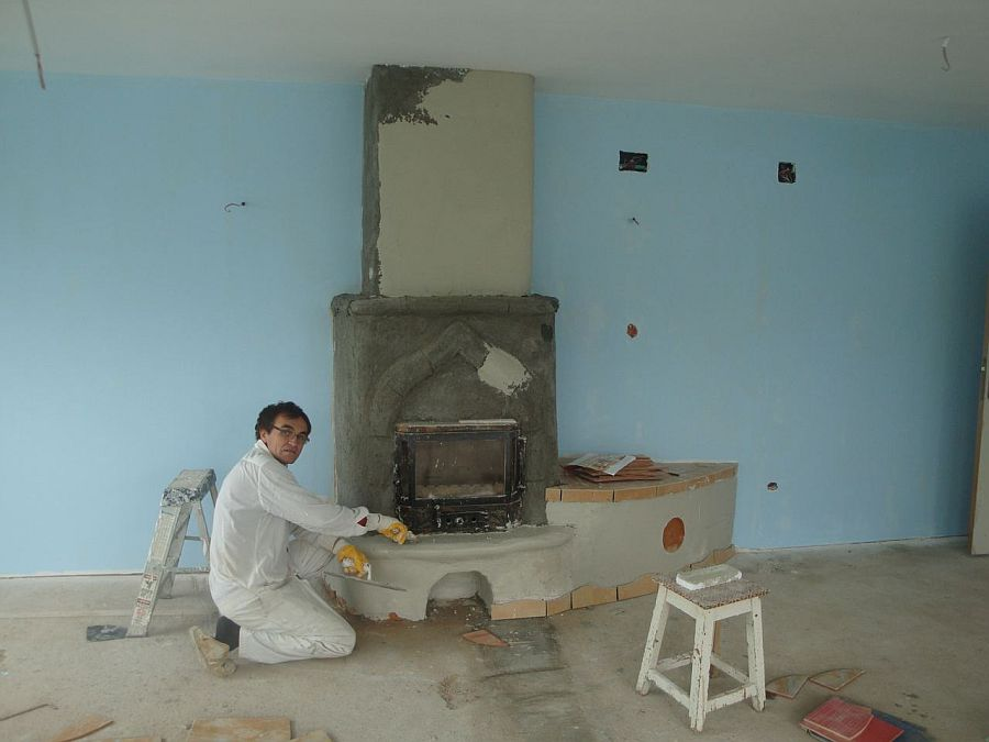 Daniel Barbu in timpul constructiei sobei semineu