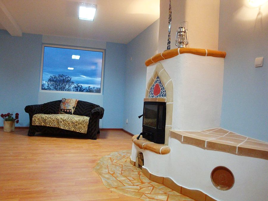 adelaparvu.com despre Daniel si Elena Barbu, soba semineu decorata, casa de batrani Light House Radovanu (4)