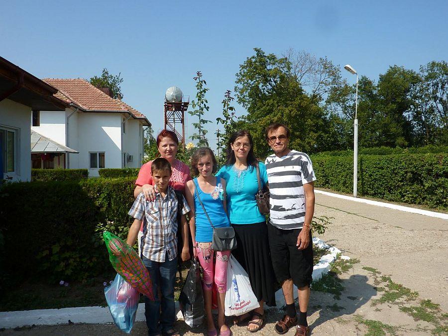 In stanga Elena Enache Barbu si Daniel Barbu alaturi de copii de la orfelinatul Perisoru (2013)