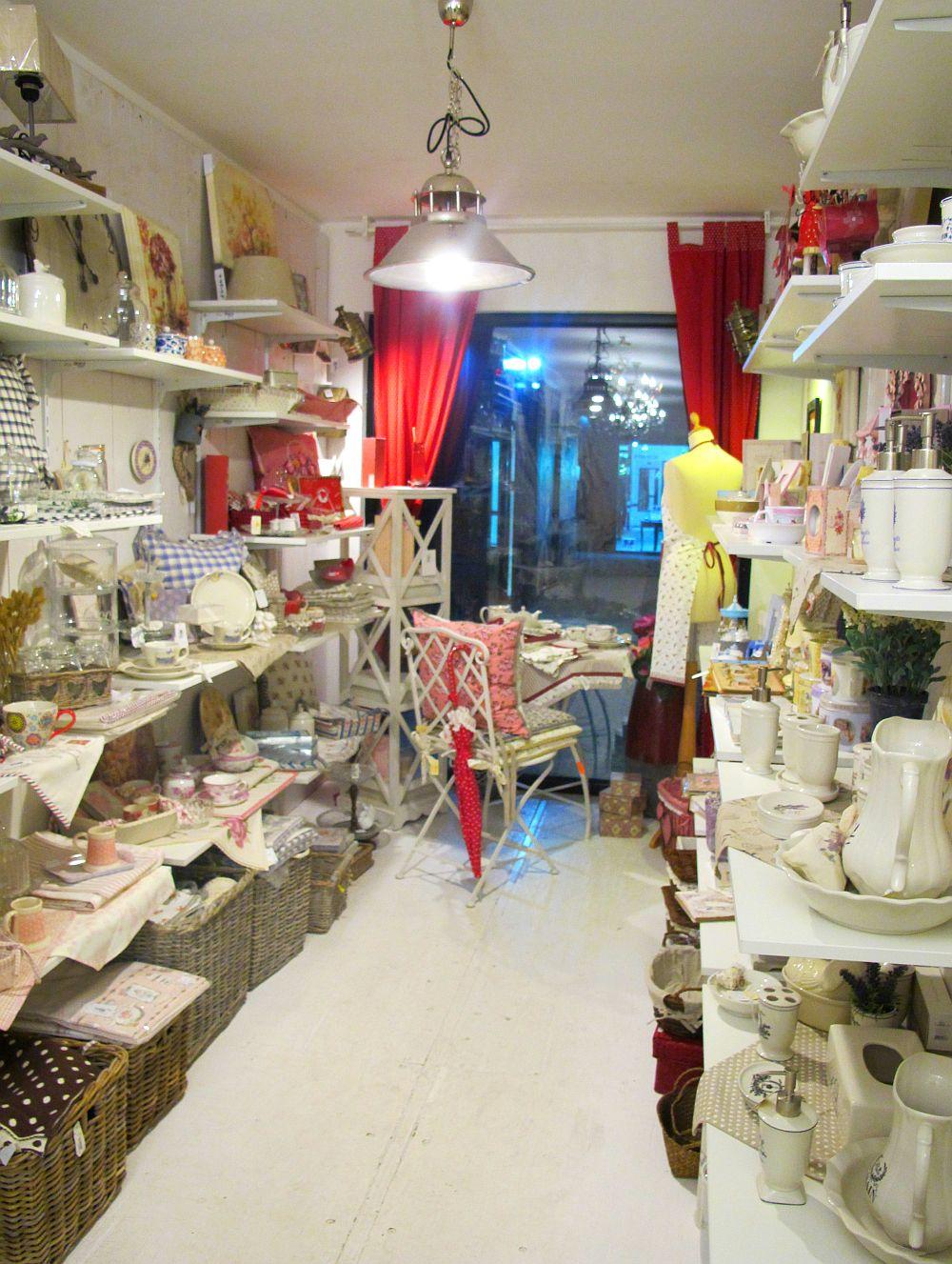 adelaparvu.com despre English Cottage, magazin in container, Pop Up Bucharest strada Selari (9)