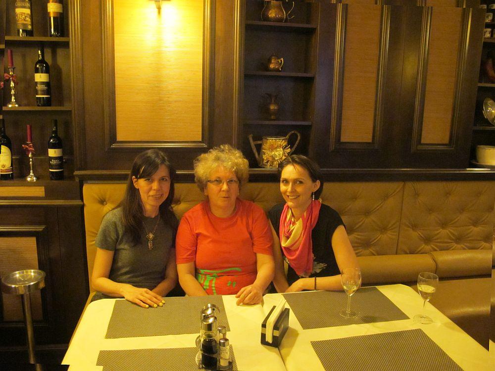 La mijloc doamna Georgiana Lichiardopol, proprietar si Chef la restaurantul Maccheroni