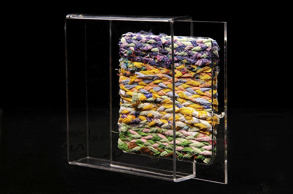 Artist Dorina Horatau, Intrepatrunderi, miniatura textila, tehnica de autor, 13 cm x 13 cm x 2, 5 cm