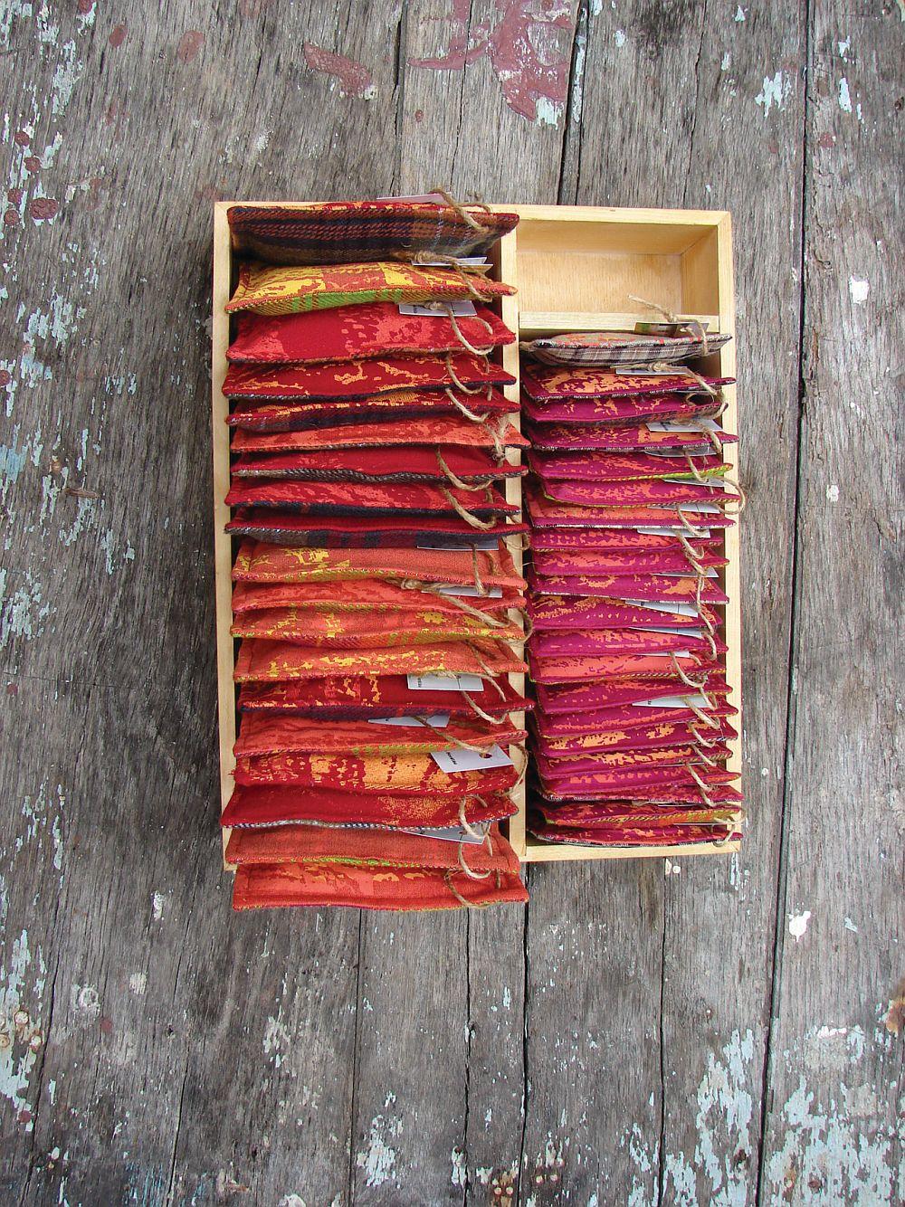 Artist Dorina Horatau, Luate de-a gata, 85cmx 57 cmx 15 cm, asamblaj, lemn invechit, pernute imprimate manual umplute cu iarba uscata
