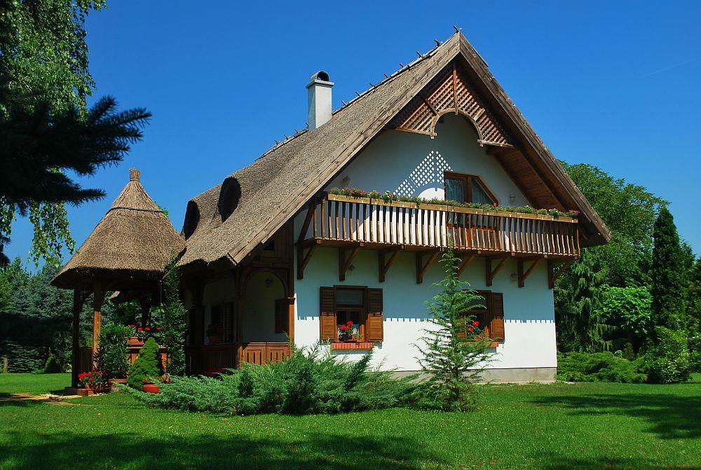 adelaparvu.com despre casa cu acoperis din stuf, casa in Ungaria, casa de vacanta, Foto Bungalow Net (1)