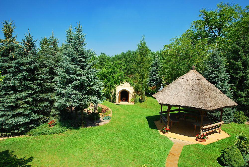 adelaparvu.com despre casa cu acoperis din stuf, casa in Ungaria, casa de vacanta, Foto Bungalow Net (16)