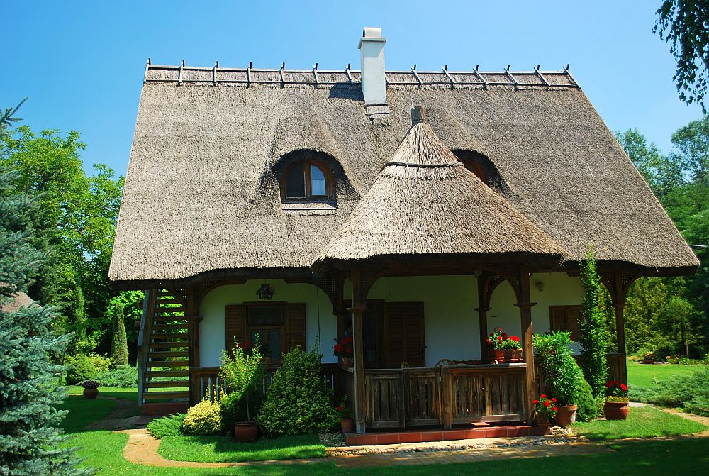 adelaparvu.com despre casa cu acoperis din stuf, casa in Ungaria, casa de vacanta, Foto Bungalow Net (2)