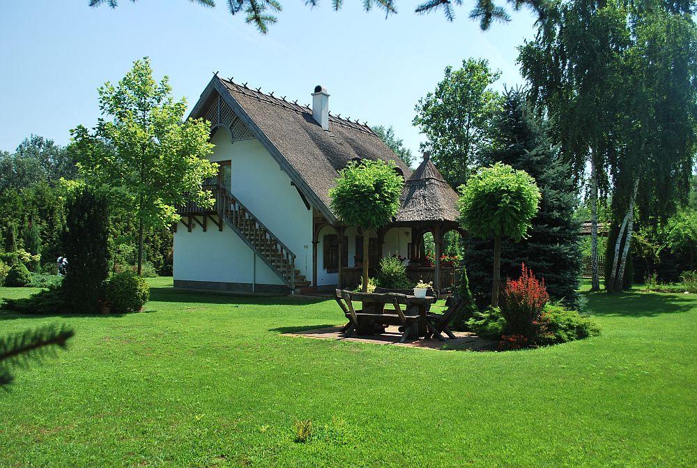 adelaparvu.com despre casa cu acoperis din stuf, casa in Ungaria, casa de vacanta, Foto Bungalow Net (4)