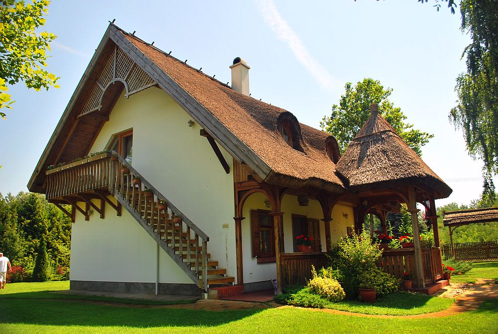 adelaparvu.com despre casa cu acoperis din stuf, casa in Ungaria, casa de vacanta, Foto Bungalow Net (5)
