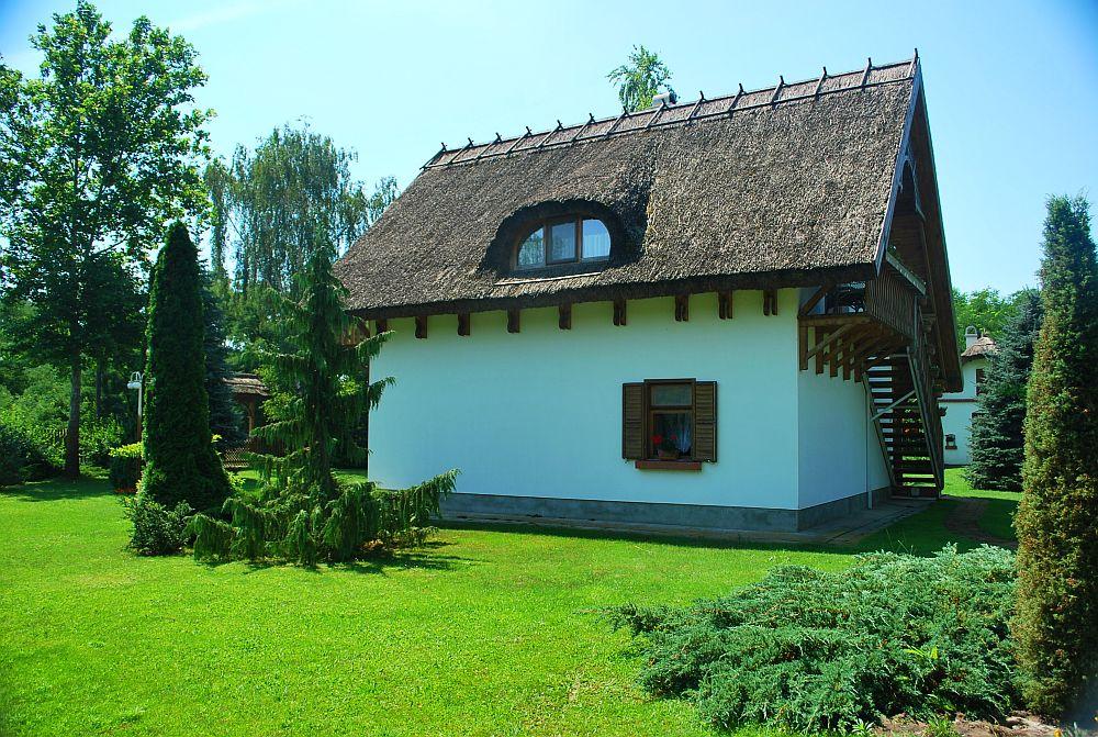 adelaparvu.com despre casa cu acoperis din stuf, casa in Ungaria, casa de vacanta, Foto Bungalow Net (9)