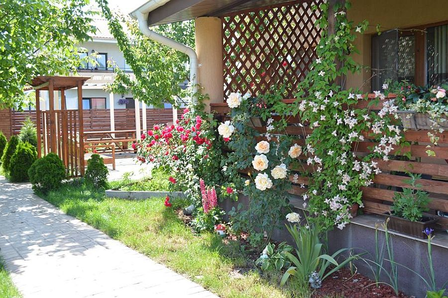 adelaparvu.com despre mobilier si pergola lemn gradina, Gabriela Osborn si-a facut singura gradina (2)