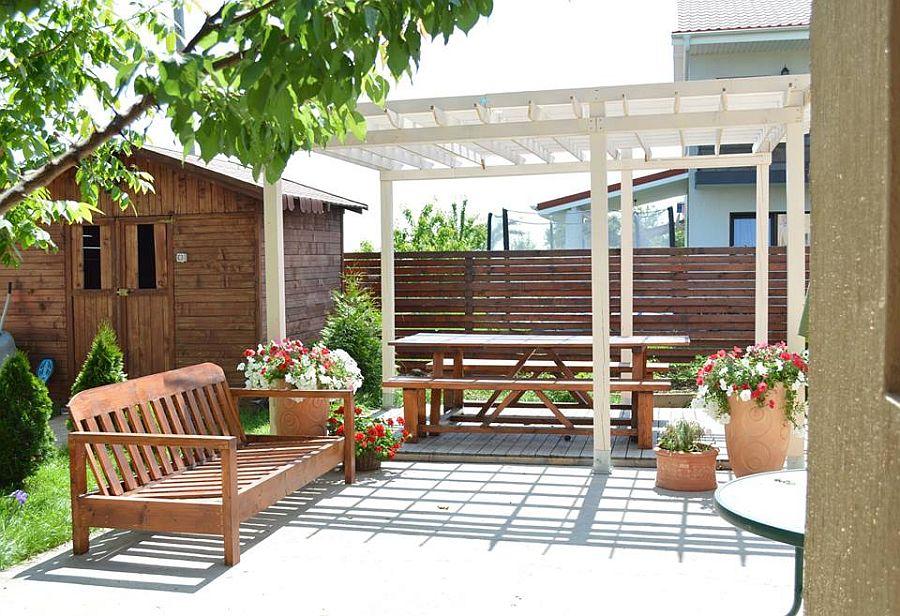 adelaparvu.com despre mobilier si pergola lemn gradina, Gabriela Osborn si-a facut singura gradina (4)