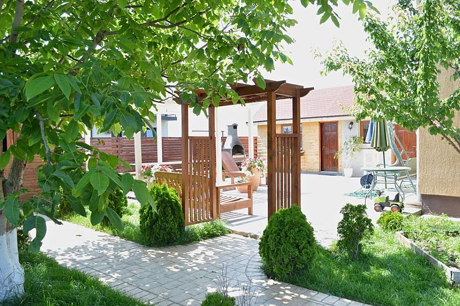 adelaparvu.com despre mobilier si pergola lemn gradina, Gabriela Osborn si-a facut singura gradina (6)