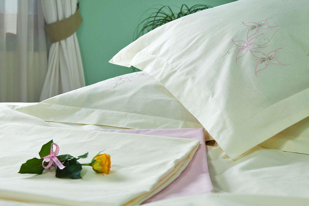 adelaparvu.com despre Daniela Mandu, atelier decoratiuni textile si lenjerii de pat Cusut cu ata roz (14)