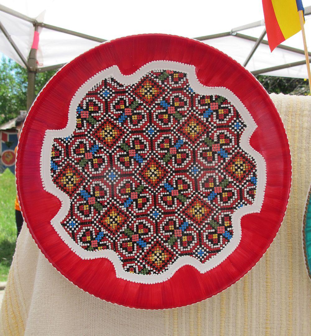 adelaparvu.com despre farfurii si bijuterii pictate cu motive traditionale romanesti, artisti Carmina si Peter Brancoveanu, Romania craftsmen (14)