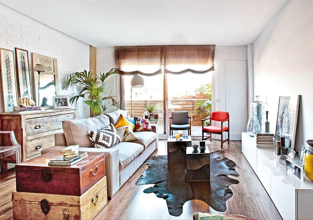 Livngul cu decoratiuni colorate si o noua canapea