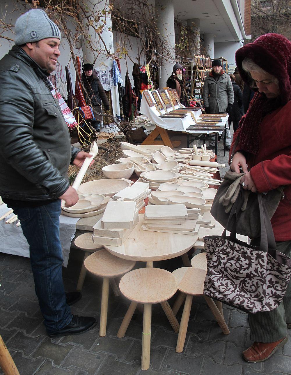 adelaparvu.com despre obiecte cioplite in lemn de familia Lepadatu Baneni Valcea, obiecte de bucatarie si tabure traditionale din lemn (1)