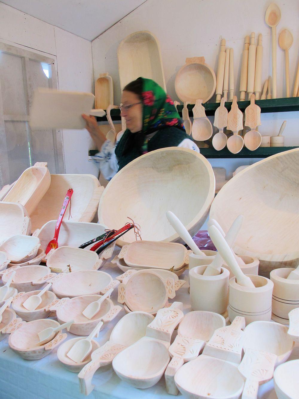 adelaparvu.com despre obiecte cioplite in lemn de familia Lepadatu Baneni Valcea, obiecte de bucatarie si tabure traditionale din lemn (12)