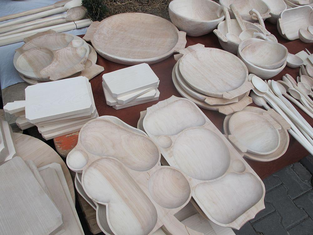 adelaparvu.com despre obiecte cioplite in lemn de familia Lepadatu Baneni Valcea, obiecte de bucatarie si tabure traditionale din lemn (2)