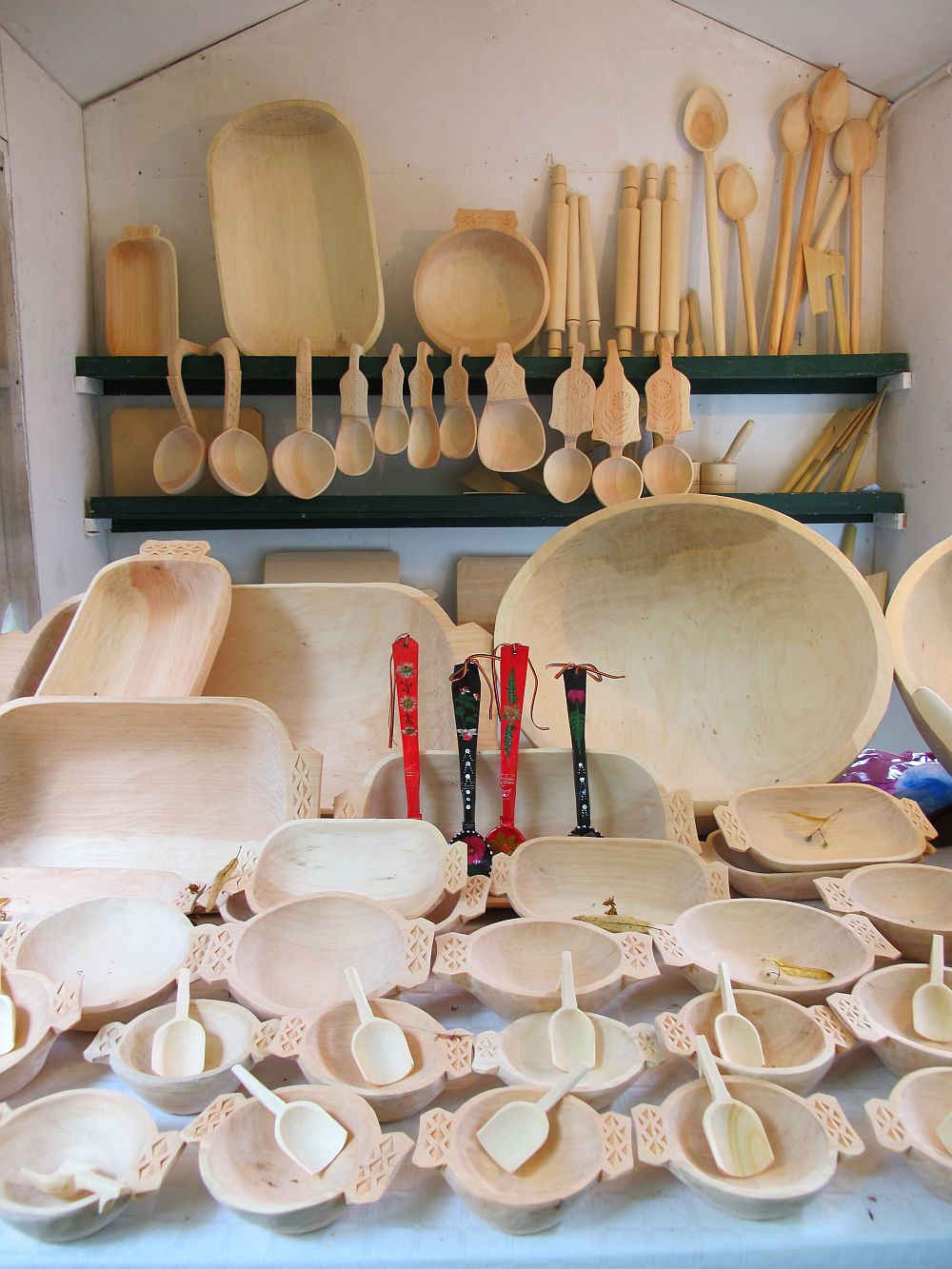 adelaparvu.com despre obiecte cioplite in lemn de familia Lepadatu Baneni Valcea, obiecte de bucatarie si tabure traditionale din lemn (23)