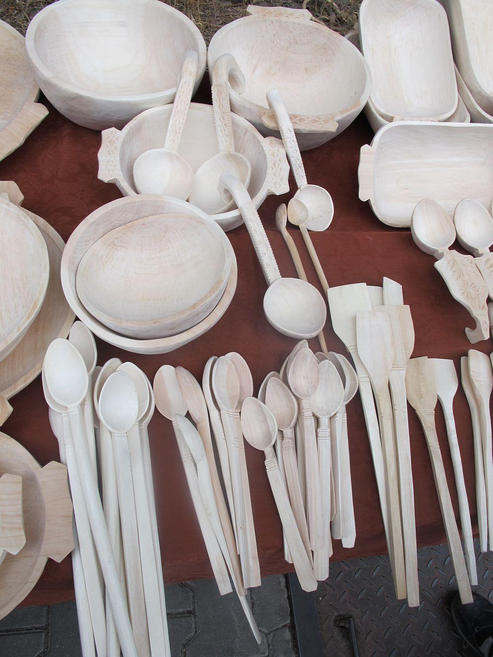 adelaparvu.com despre obiecte cioplite in lemn de familia Lepadatu Baneni Valcea, obiecte de bucatarie si tabure traditionale din lemn (3)
