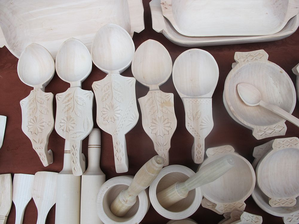 adelaparvu.com despre obiecte cioplite in lemn de familia Lepadatu Baneni Valcea, obiecte de bucatarie si tabure traditionale din lemn (5)