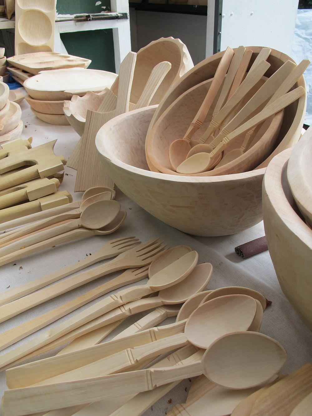 adelaparvu.com despre obiecte cioplite in lemn de familia Lepadatu Baneni Valcea, obiecte de bucatarie si tabure traditionale din lemn (8)
