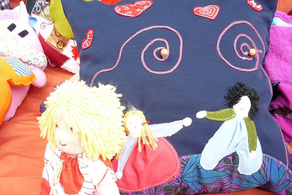 adelaparvu.com despre papusi din textile si perne create de Melinda Kolcsar, text Irina Anghel (4)