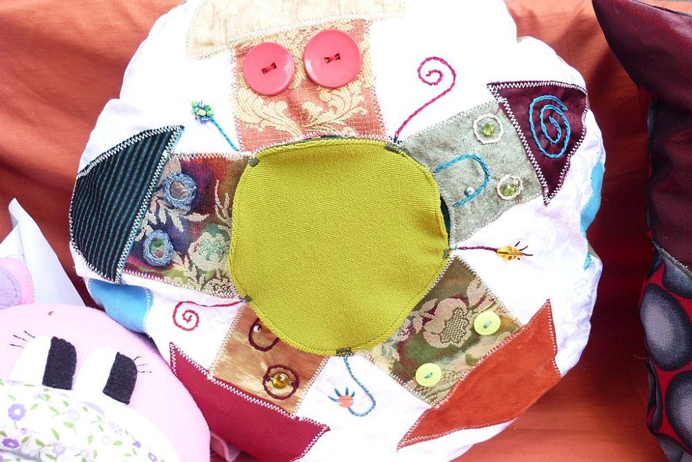 adelaparvu.com despre papusi din textile si perne create de Melinda Kolcsar, text Irina Anghel (6)