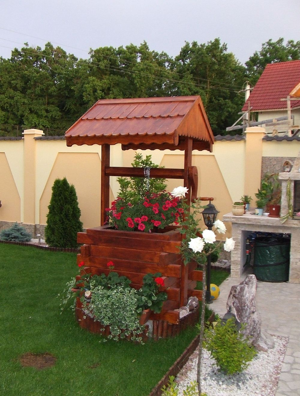 adelaparvu.com despre fantani decorative din lemn, masti pentru fantani, design Rustic Design, oradea (1)