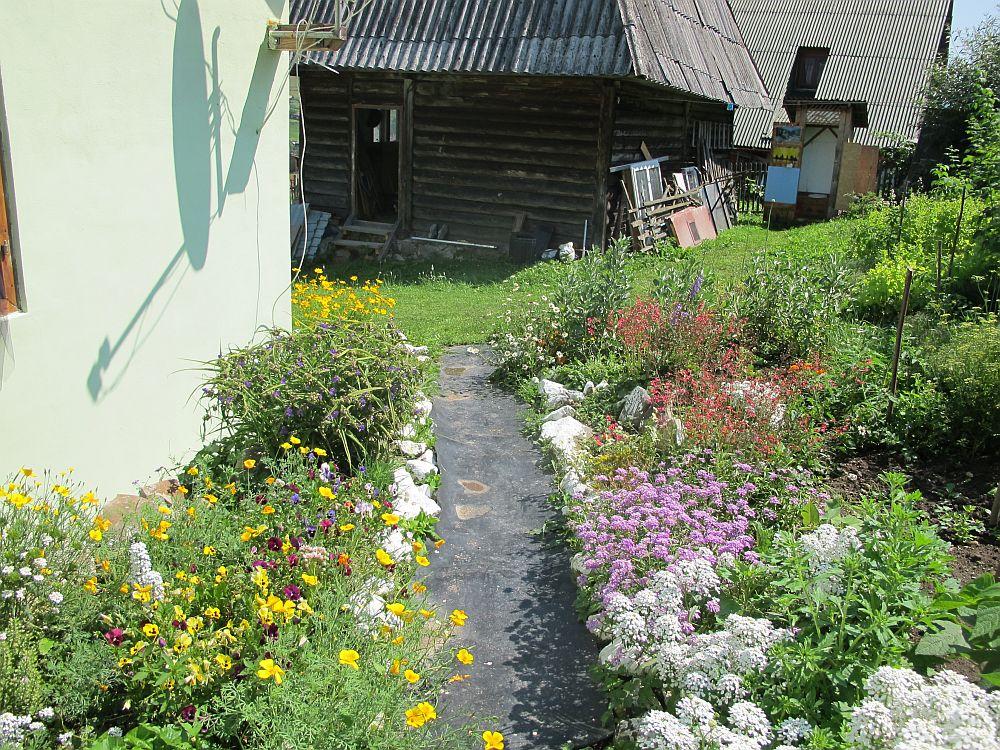 adelaparvu.com despre gradina la munte, gradina cu flori si legume (12)