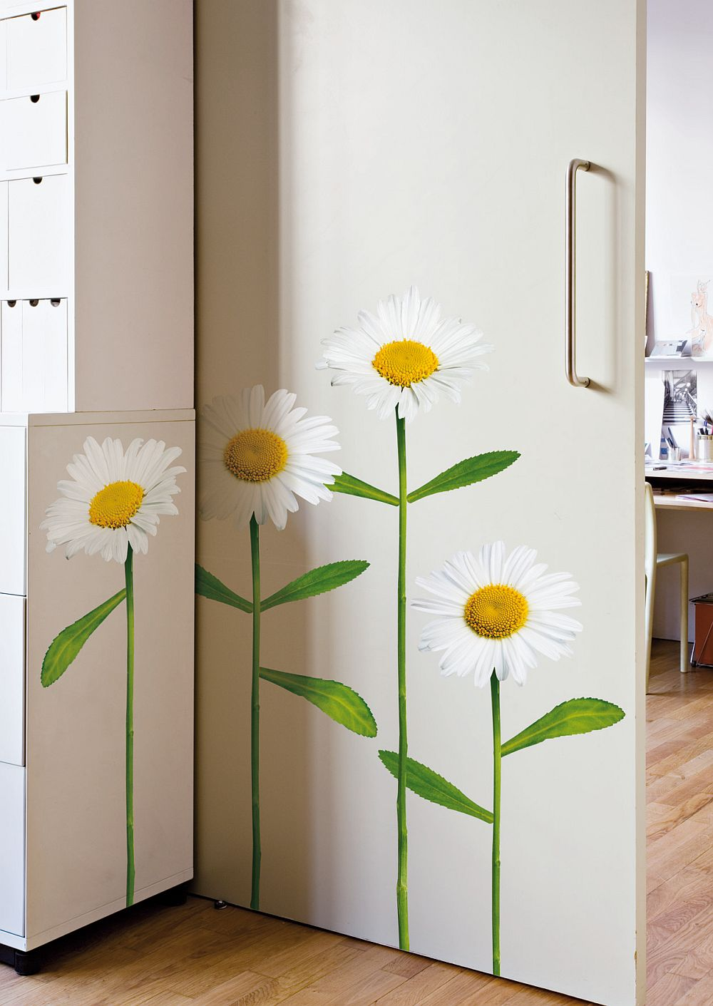 Stickere decorative arata excelent si pe mobila si pe usile interioare
