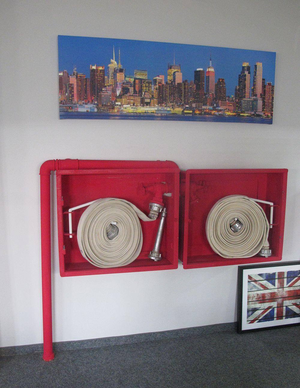 Si zona de hidranti devine mai interesanta cu o un tablou deasupra :)