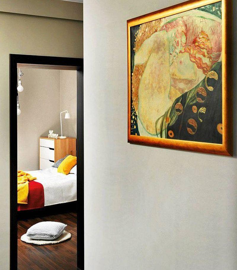 adelaparvu.com despre apartament 2 camere 48 mp cu reproduceri dupa Klimt, design Pink Pug Design, Polonia (2)