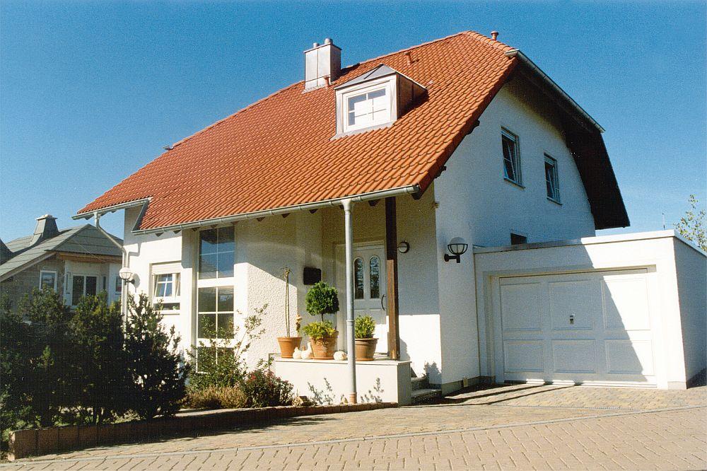 adelaparvu.com despre cat te costa repararea acoperisului, casa pentru familie, Foto Massiv Mein Haus