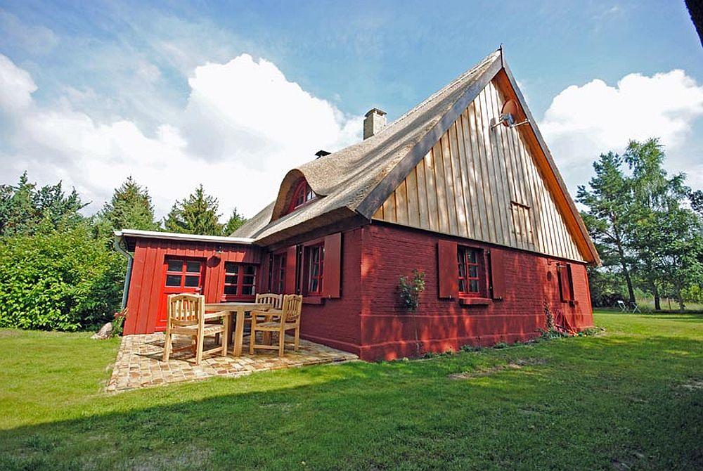 adelaparvu.com casa la tara cu acoperis de stuf, casa Germania, Roter Schwede  foto Traumhaff (14)