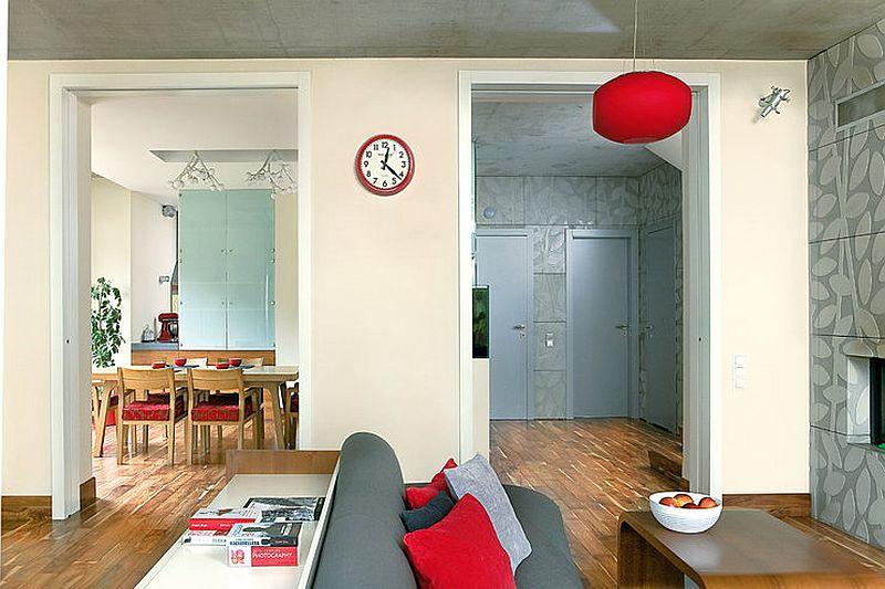 adelaparvu.com despre amenajare moderna cu beton, lemn si accente rosii, Foto Michal Skorupski (12)