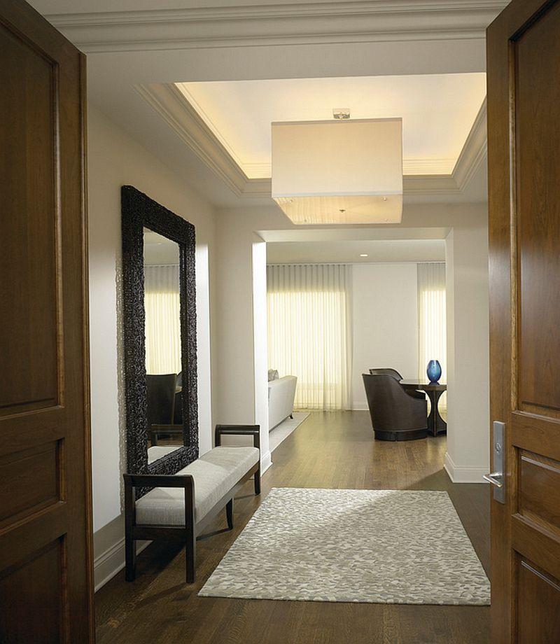 Cand nu exista prea mult spatiu, o bancheta si o oglinda ajuta in hol. Dulapul poate fi incastrat in zid sau poate fi sub forma de dulap cu usi glisante. Foto Gary Lee Partners