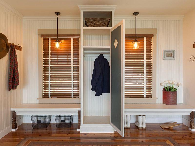 Daca ai ferestre pe hol, sub ele e prilej bun pentru banchete. Intre ele un dulap poate adaposti hainele. Foto Hgtv