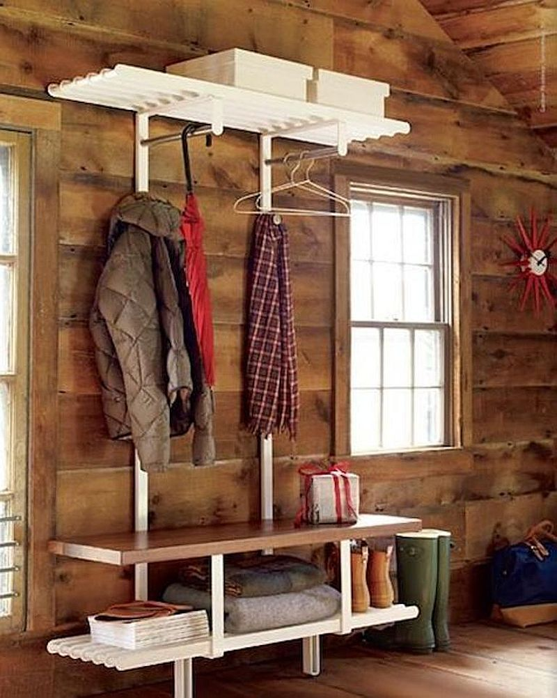Intr-un spatiu mic un mobilier minimal poate rezolva problema depozitarii, dar si sederii in hol. Foto Home Decorators
