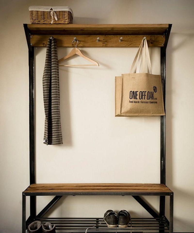 Cu cat e mai mic spatiu din hol, cu atat mobilierul e bine sa mai fie minimal. Foto One Of Oak