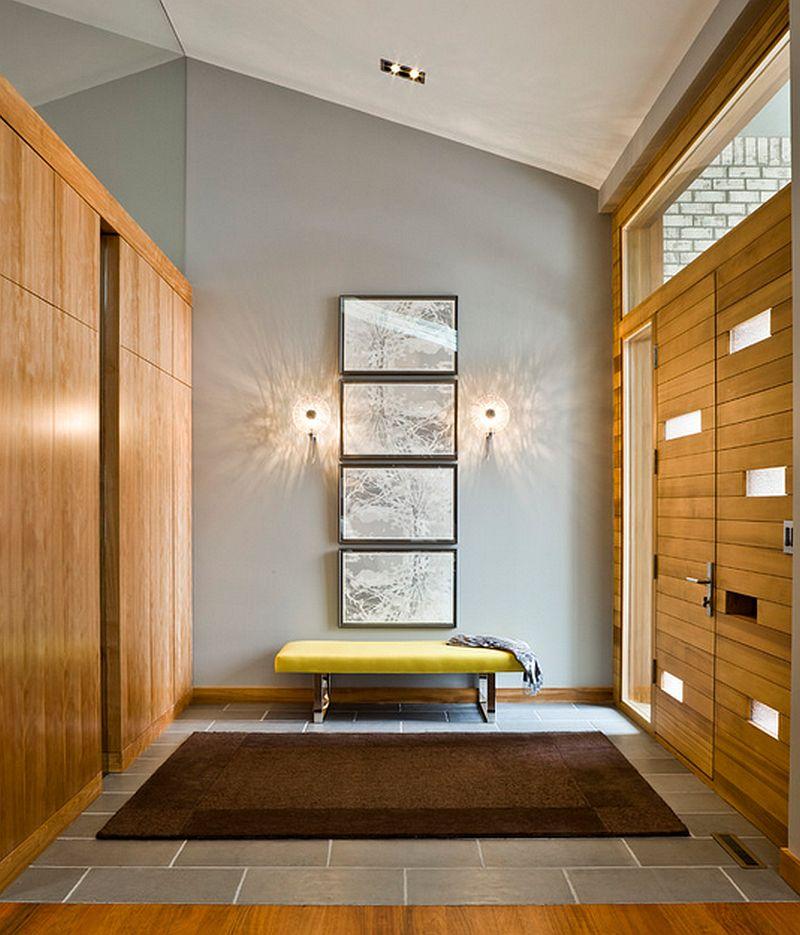 Intr-un hol elegant, cu dulapuri pentru haine, bancheta poate face parte dintr-o compozitie decorativa cu tablouri. Foto Peterssen and Keller Architecture